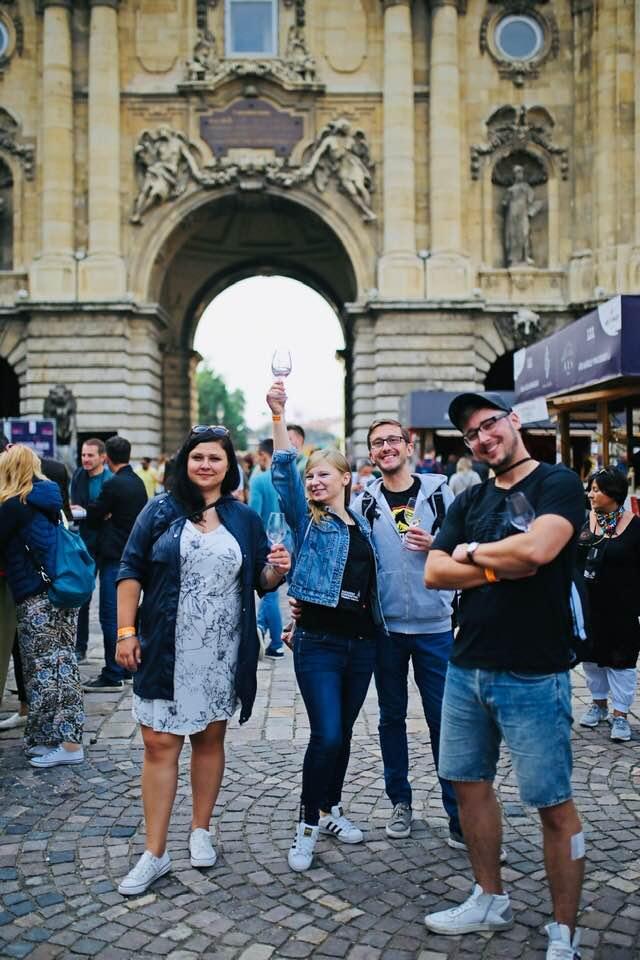 grupa uczestników na festiwalu wina