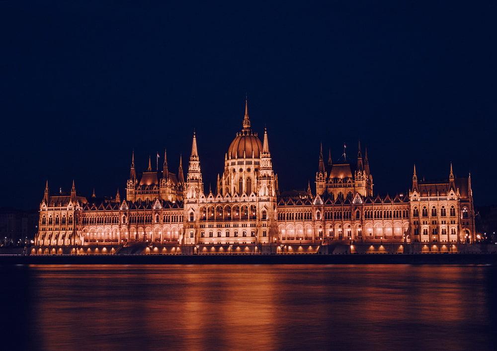 Nocny widok na Parlament w Budapeszcie.